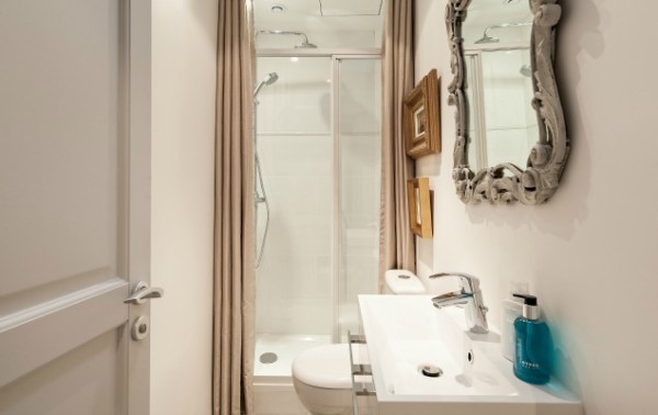 Cremant-de-Bourgogne-Paris-Studio-Bathroom