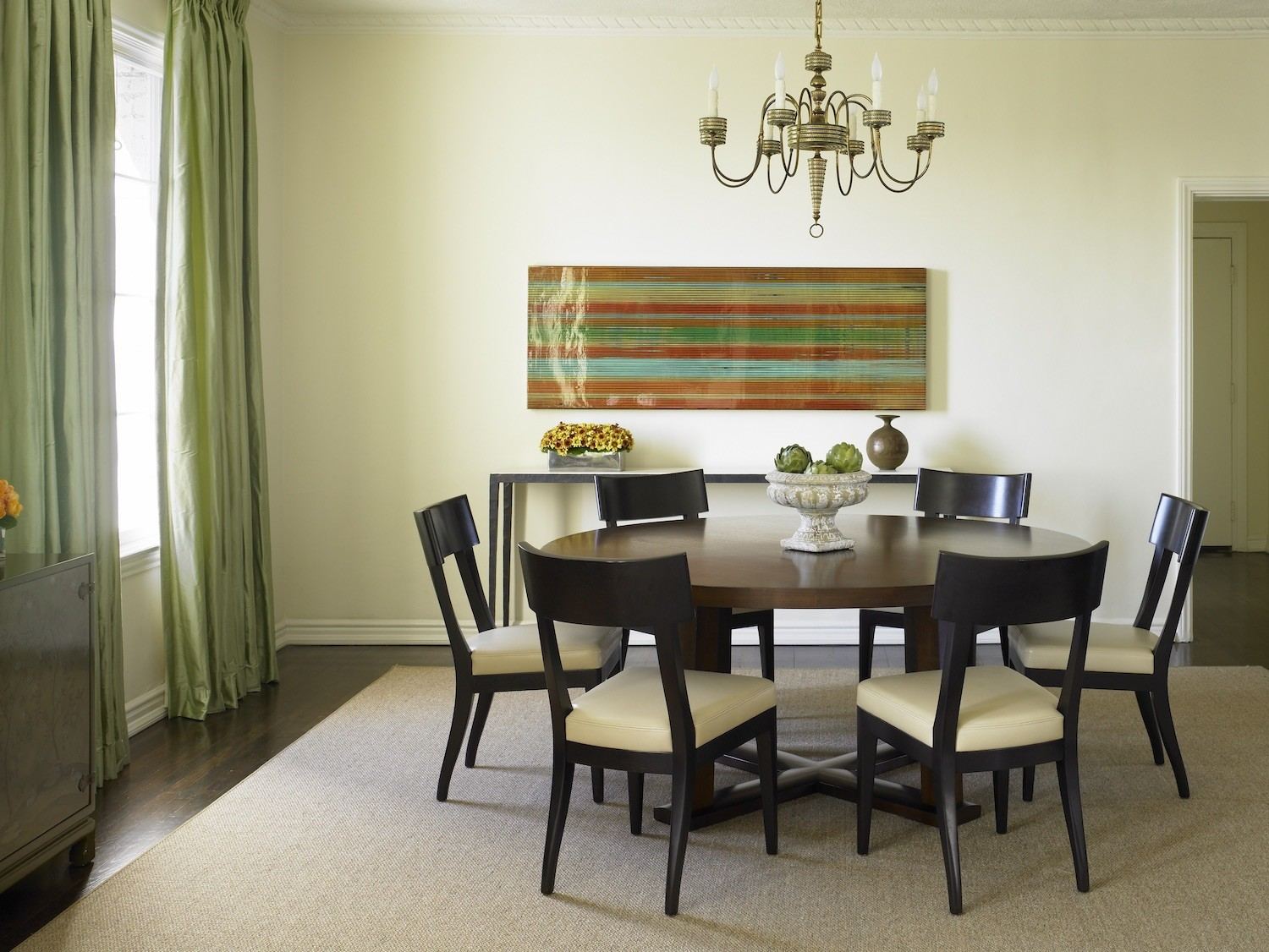 The artwork provides a refreshing infusion of color, the play of traditional against modern gives this space an updated yet evolved vibe. Designers/ Vincere LTD #diningrooms #hollywoodhomes #classicdesign